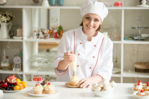 greenville baker making cupcakes